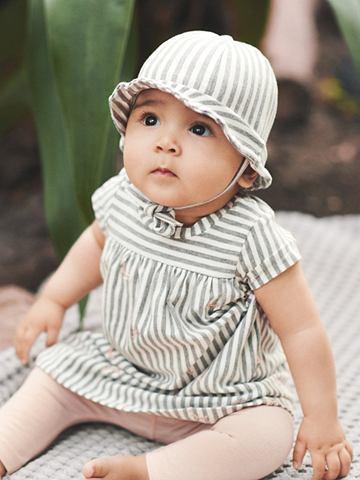 С коротким рукавом платье