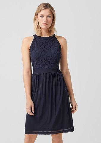 С открытыми плечами платье с кружева